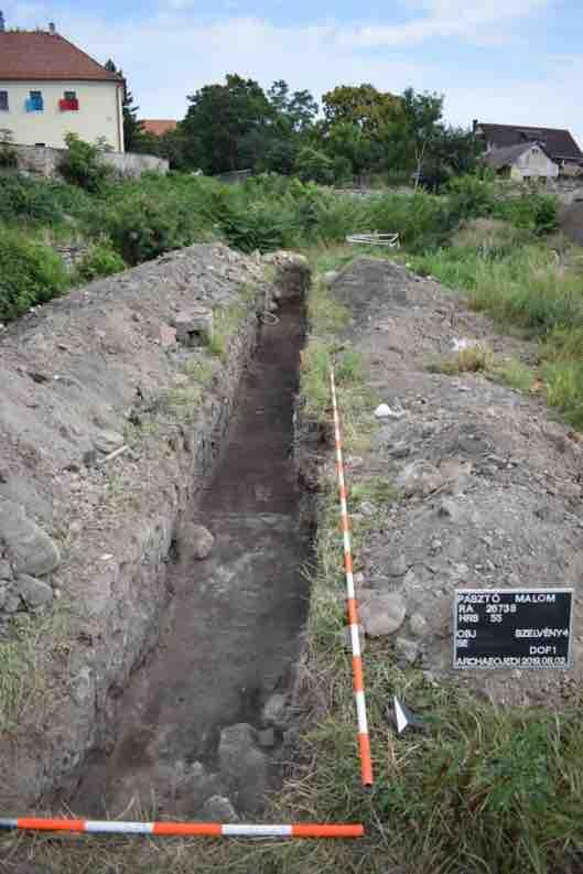 4. kép: A 4. szelvény teljesen kibontott árka az újkori törmelékes rétegekkel