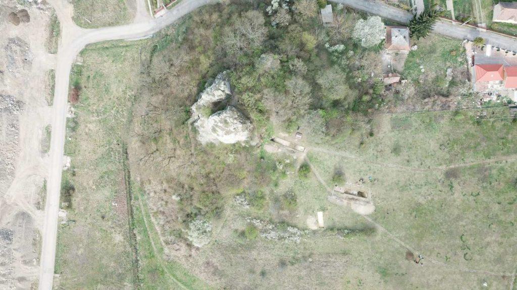 Baglyas-kő felülnézeti fotója a szelvényekkel, drónfotó (ArchaeoJedi 2019 ©)