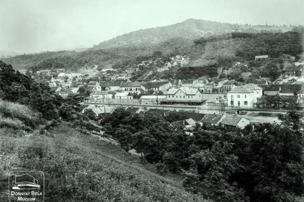 Salgótarján városkapuja a Meszes-hegyről, 1920-as évek első fele Látkép a gyártelepre, előtérben a Jónásch-telep, 1920-as évek eleje: