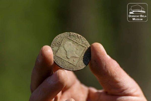 2020 tavaszán a múzeum régészei Érsekvadkert határában találták ezt a pénzérmét. Melyikszázadból származik?