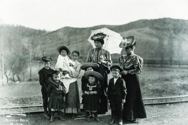 Minden napra egy Gábler sorozatunk következő darabja: Gábler Vilmosné (napernyővel) a Májer család gyermekeivel, 1907
