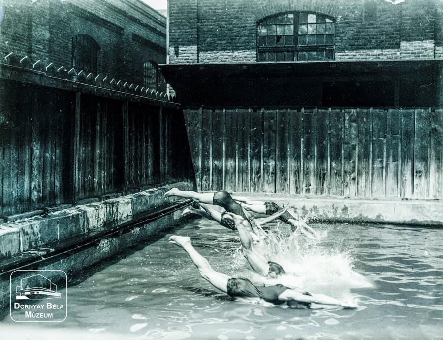 Minden napra egy Gábler sorozatunk következő darabja: A gyári úszómedence, 1920-as évek