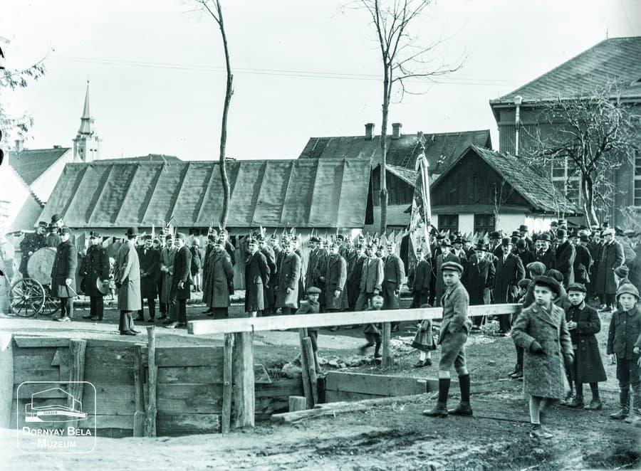 Minden napra egy Gábler sorozatunk következő darabja: 30. Acélgyári leventék a Winter-udvarnál, 1920-as évek második fele
