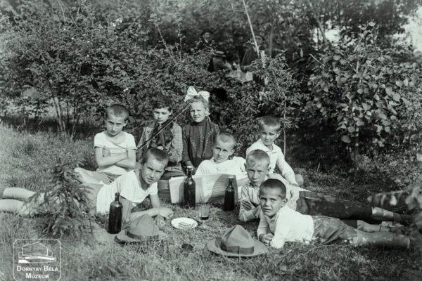 Minden napra egy Gábler sorozatunk következő darabja: Tisztviselők gyermekei Salgón, 1920-as évek első fele