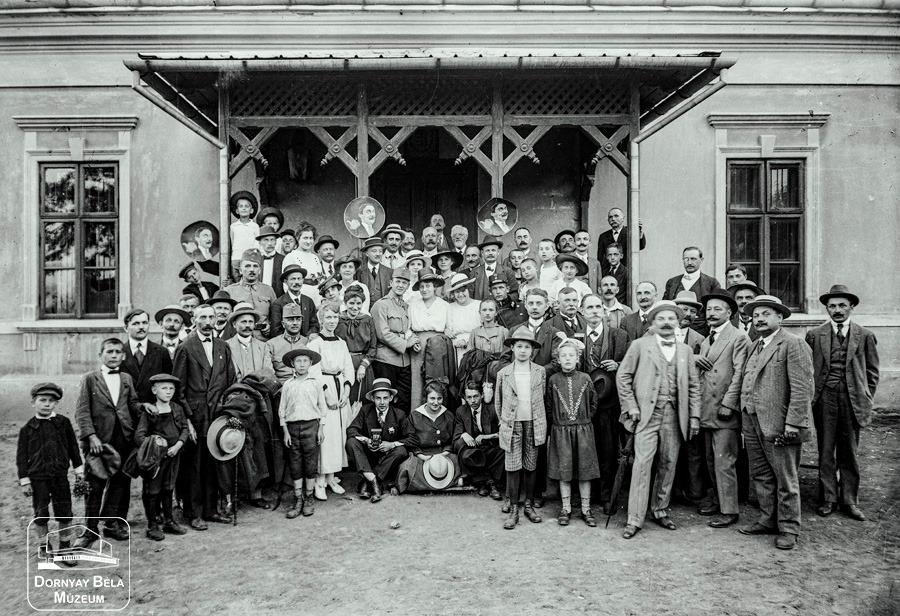 Minden napra egy Gábler sorozatunk következő darabja: Altisztek családjuk körében egy salgói kiránduláson, 1918