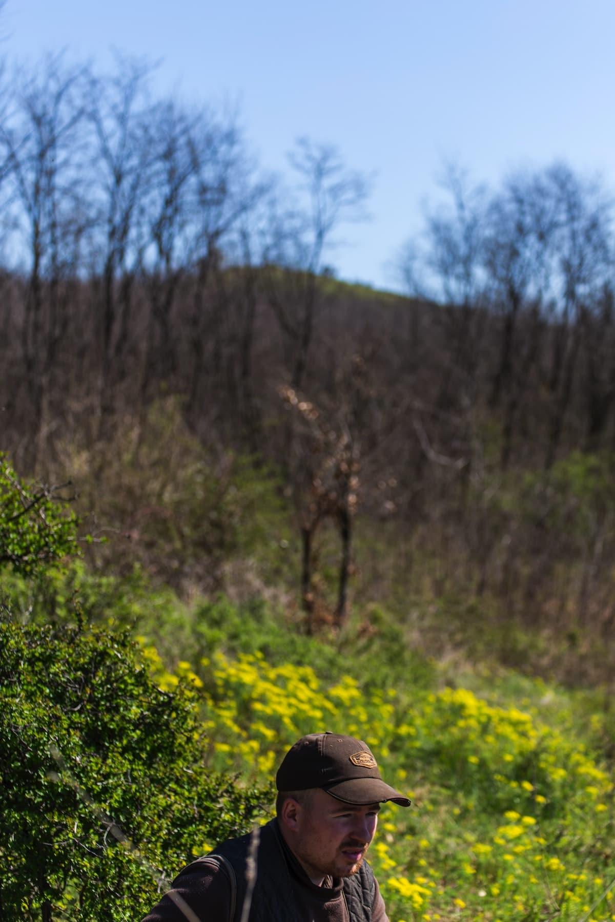 3. kép: Tóth Herman és a háttérben a magaslat.
