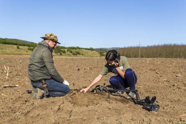 Balga Richárd lányait tanítja a lelőhelyfelderítésre.